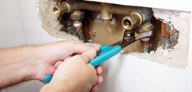 Détection des fuites dans un tuyau de cuivre derrière les murs